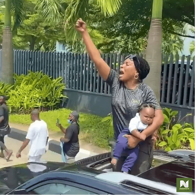 Nursing Mother Partakes In The #EndSARS Protest, Angrily Blast Officers (Photo/Video)